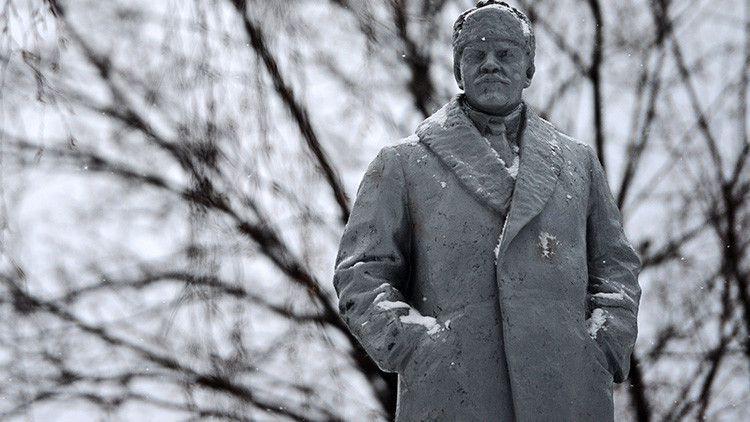 Tras la adopción de la ley sobre la descomunización del país como consecuencia del Euromaidán, el monumento fue desmantelado.
