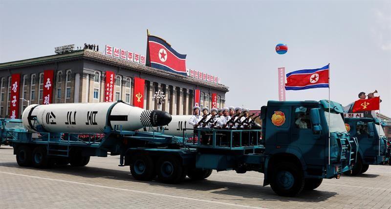 Un vehículo militar con dos misiles a bordo en un desfile por la festividad del Día del Sol en la plaza Kim Il Sung, en Pionyang (Corea del Norte). EFE/Archivo
