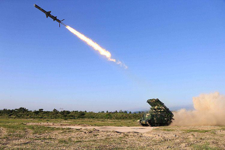 Corea del Norte prueba un cohete de crucero, el 30 de mayo de 2015. / Reuters