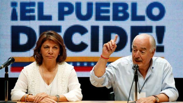 La expresidenta de Costa Rica, Laura Chinchilla, y el expresidente de Colombia Andrés Pastrana estuvieron entre los observadores del plebiscito/ Reuters