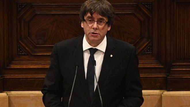 El presidente de Cataluña, Carles Puigdemont, pide suspender los efectos de la declaración de independencia para promover el diálogo con España