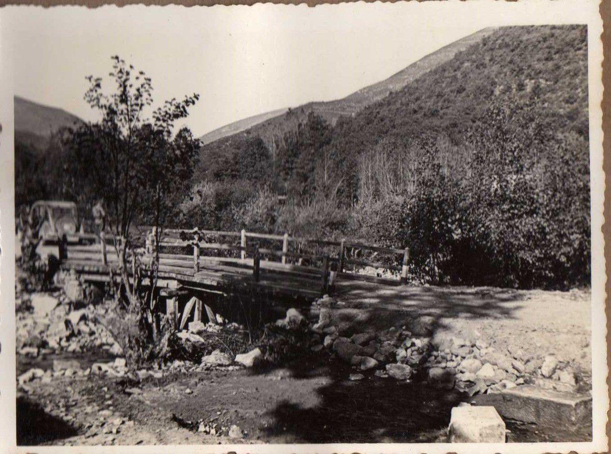 Puente carretera de Candolias a Vega. Vigas madera sobre caballetes.