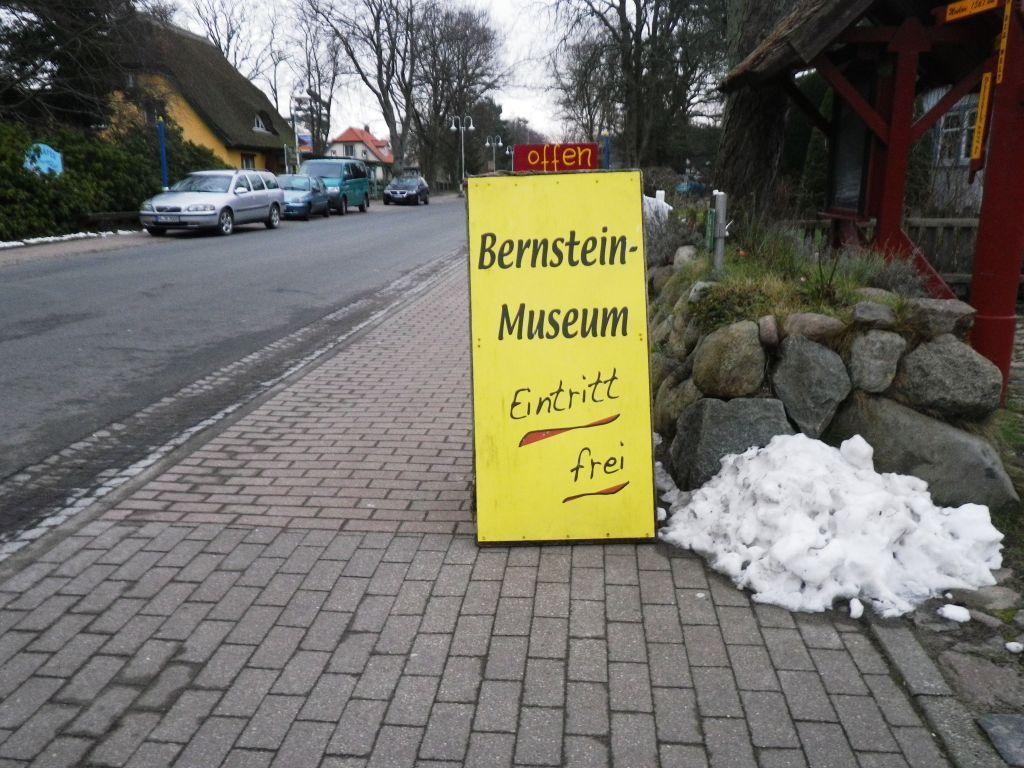 Elke vergnügt sich derweil im Bernsteinmuseum.