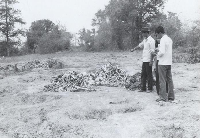 Mission gouvernementale de recherche sur le génocide, regroupement des ossements, années 1980, province de Svay Rieng.