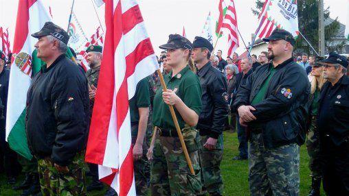 La Garde hongroise. La milice fasciste, proche du Jobbik, lors d'un défilé le 4 avril 2011, dans le village de Hejöszalonta, pour dénoncer la « criminalité tzigane ». cc Leigh Phillips.