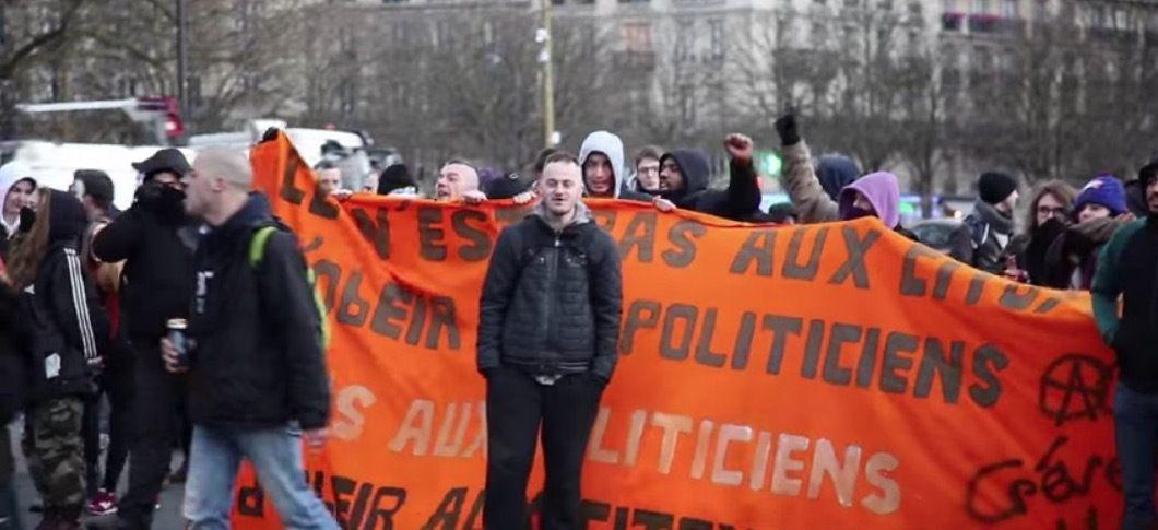 Saurez-vous les reconnaître ? « Grève générale », A cerclé… Et pourtant : derrière la banderole orange, les guignols du Mouvement du 14 Juillet et la petite bande de Bohort Mignolet, alias Bohort le Belge.