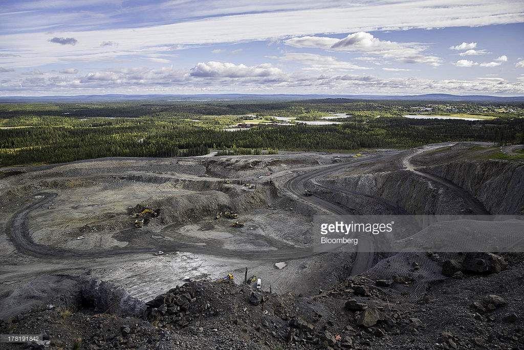Extraction de minerai de fer dans une mine à ciel ouvert, opérée par la compagnie d'état LKAB, en Suède, à Svappavaara près de Kiruna. La Suède est de loin le premier producteur de fer d'Europe, et figure parmi les principaux producteurs de minerai et de métaux. Ces activités minières impliquent une déforestation massive. Exemplaire.