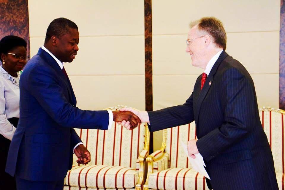 L'Ambassadeur David Gilmour a présenté ses lettres de créances aujourd'hui au Président Faure Gnassingbé. Découvrons brièvement le nouvel ambassadeur dans cette video.