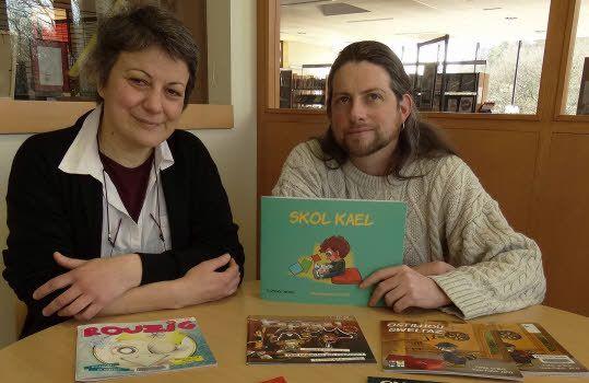 Aux côtés de Dominique Joannin, responsable littérature jeunesse à la médiathèque, Fañch Ar Ruz signe son troisième ouvrage pour les petits avec Skol Kael, fruit d'une collaboration languidicienne entre l'illustrateur et Florence Drénou, enseignante bilingue (absente sur la photo).