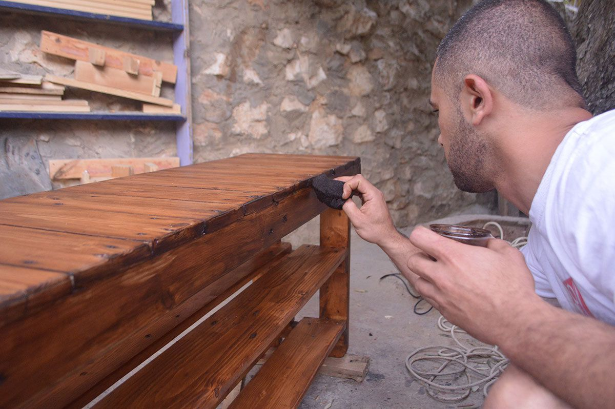 Palestinian learns to make recycled art in prison