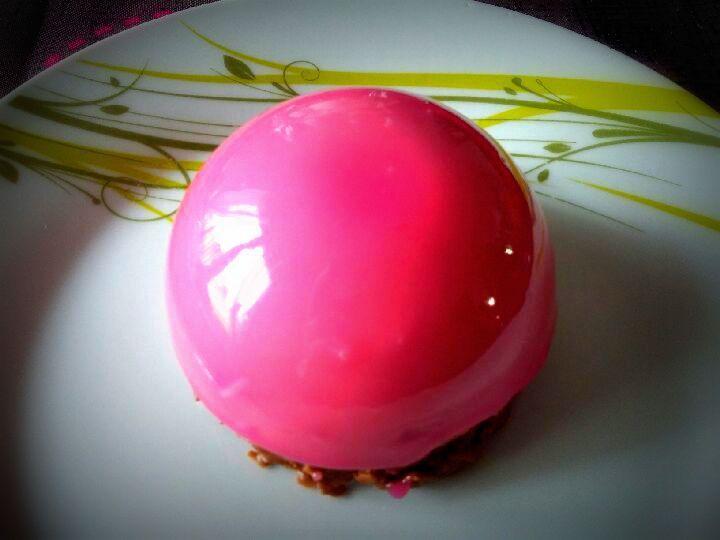 Dômes chocolat framboise et son glaçage miroir rose