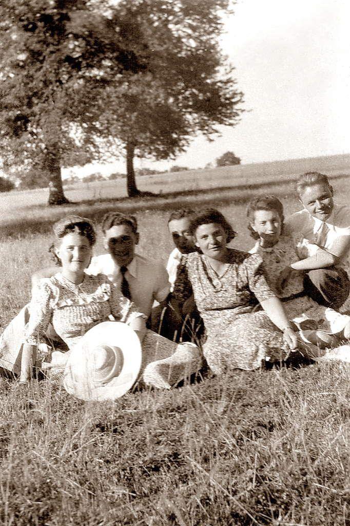 Cousins-cousines près de Rouy, printemps 1944