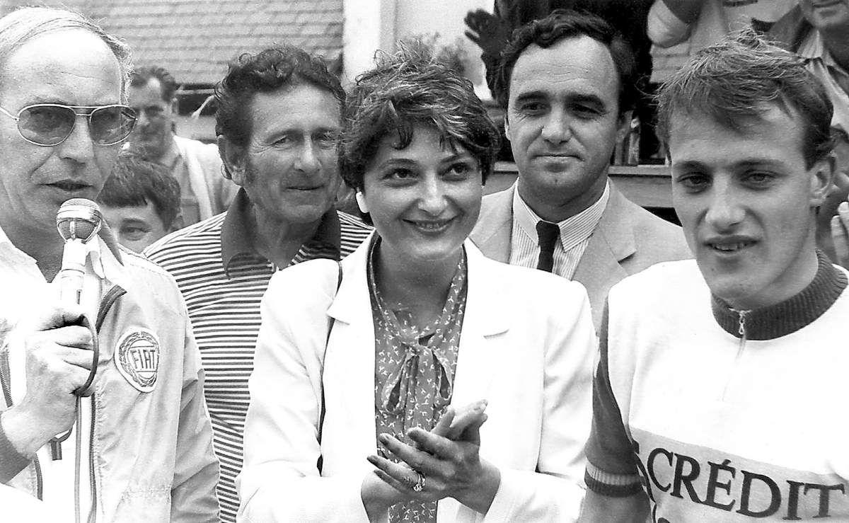 Début des années 80, Edwige Avice, jeune secrétaire d'état aux sports félicite le vainqueur du Prix de Glux-en-Glenne