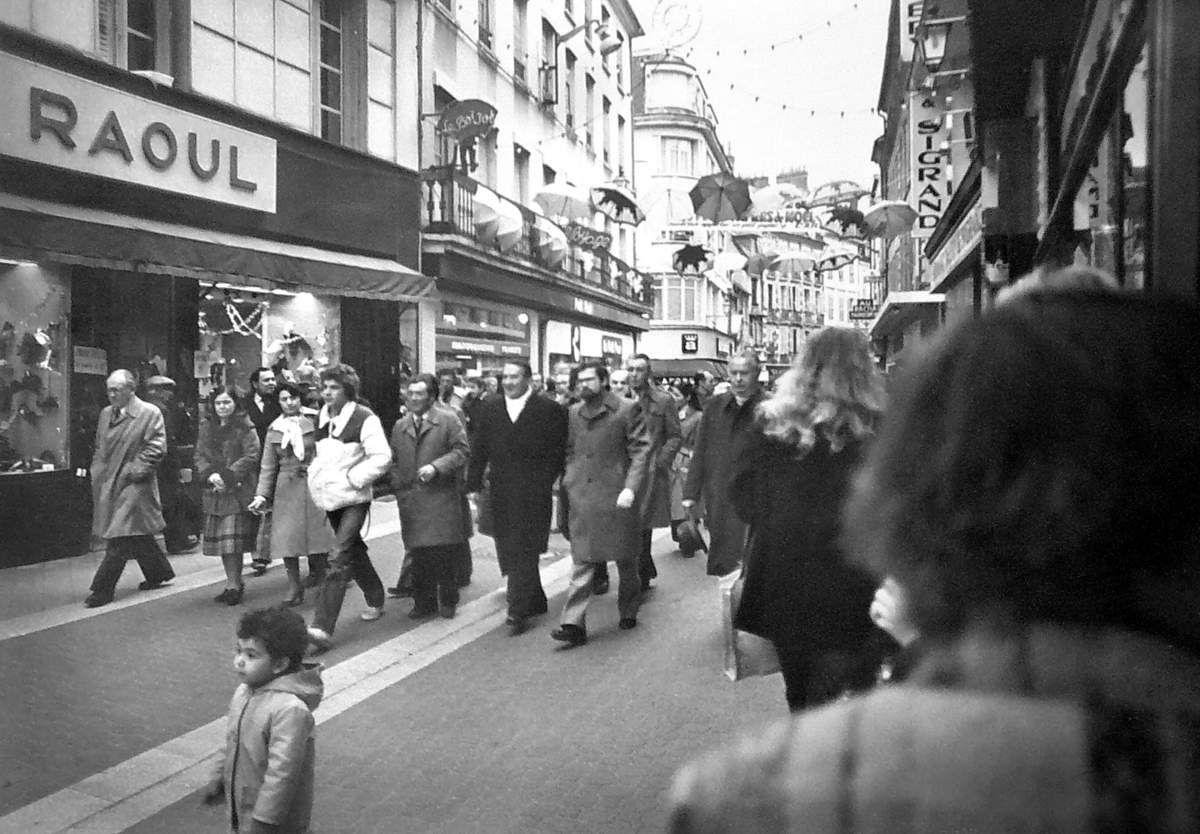 Inauguration de la rue du Commerce, devenue piétonne fin 1980, par le Maire, le Docteur Daniel Benoist accompagné du Préfet Schott.