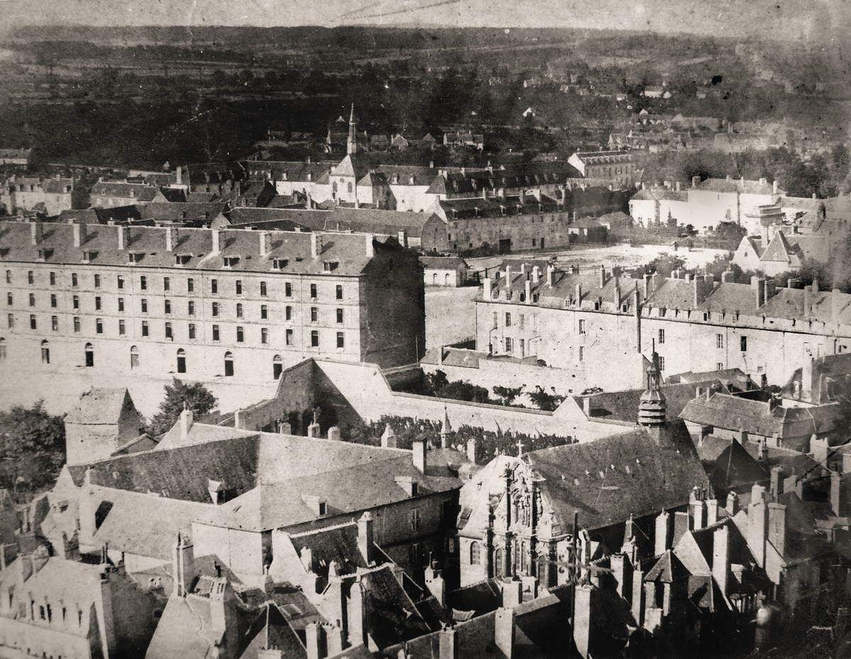 1871 - Nevers, vue prise d'un ballon, le cloître et la caserne.