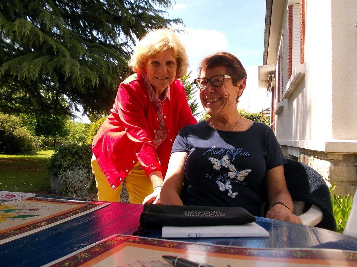 En compagnie de sa soeur Yvonne et de Christiane Bondoux