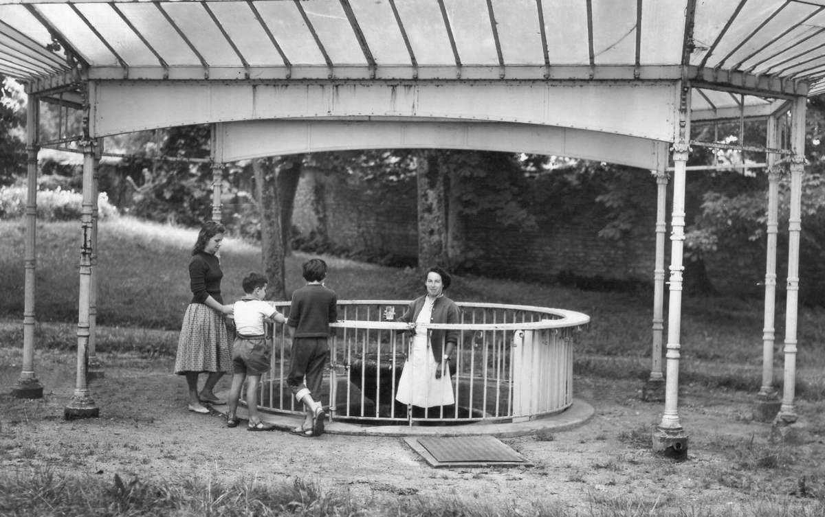 L'ossature de la Source Alice vient d'être exhumée de son hangar mais peinte en bleu-ciel, comme le Pavillon des Sources, elle aurait gagné en visibilité.