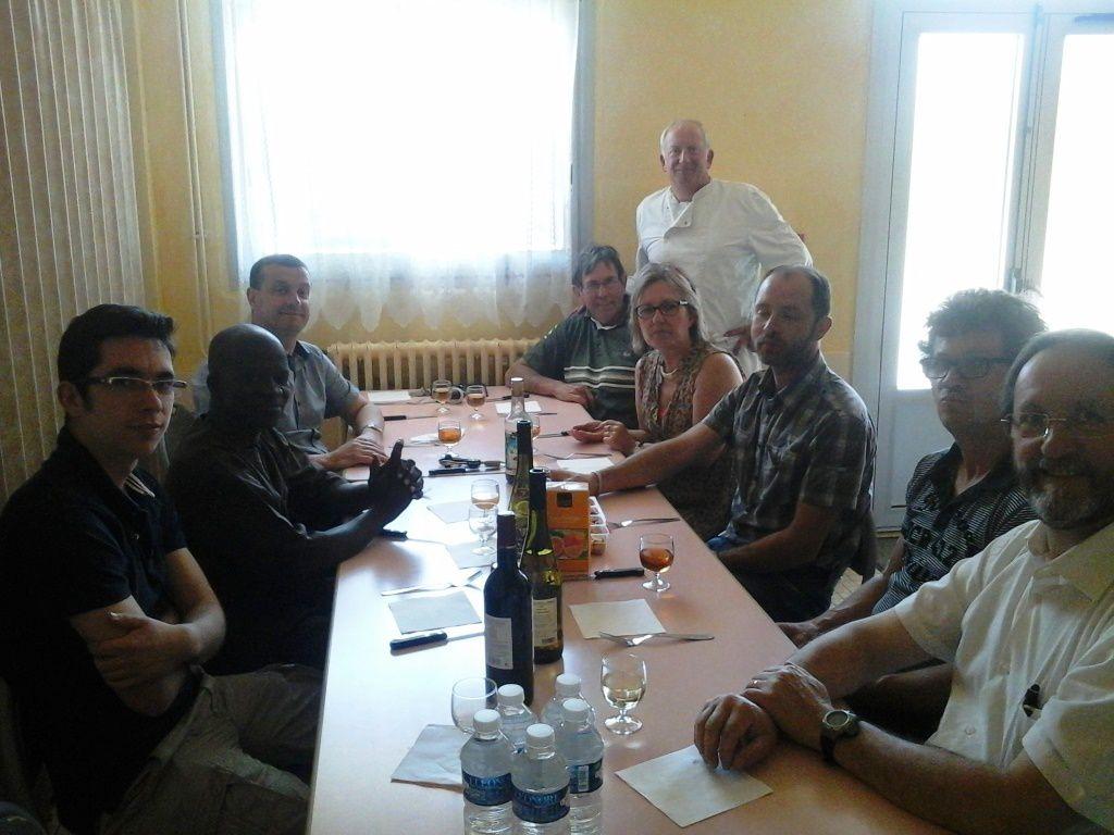 Pause avec une partie de l'équipe et Pierre, ancien élève et membre de l'association...