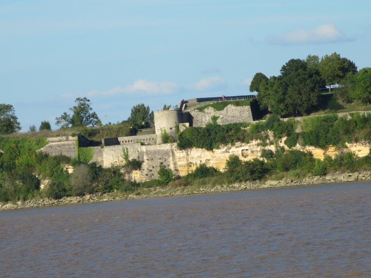 La citadelle, de l'eau à la terre.