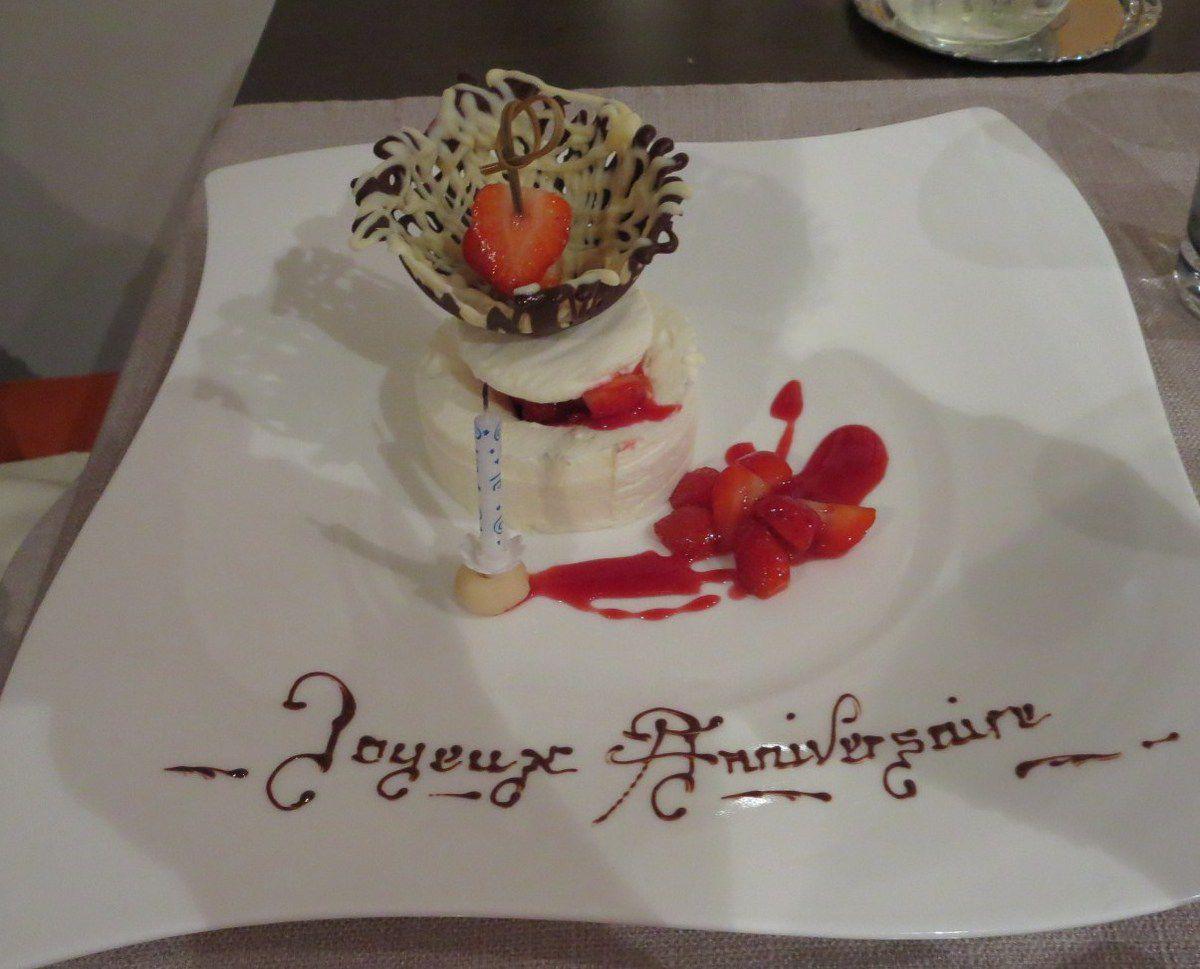 Nous avons craqué pour le même dessert ! il n'a pas fallu longtemps au chef pour décorer l'assiette de Roseline, d'une écriture gothique, de circonstance, réalisée au cornet,ce qui d'après ma Fifille est assez difficile