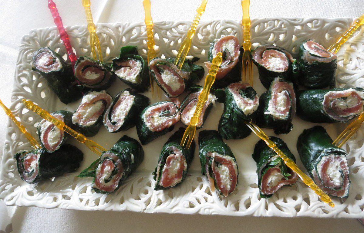 Un rosé-pamplemousse avec des roulés épinards/saumon fumé/radis noir râpé mélangé à du fromage au poivre et aux herbes, font un apéritif frais et léger