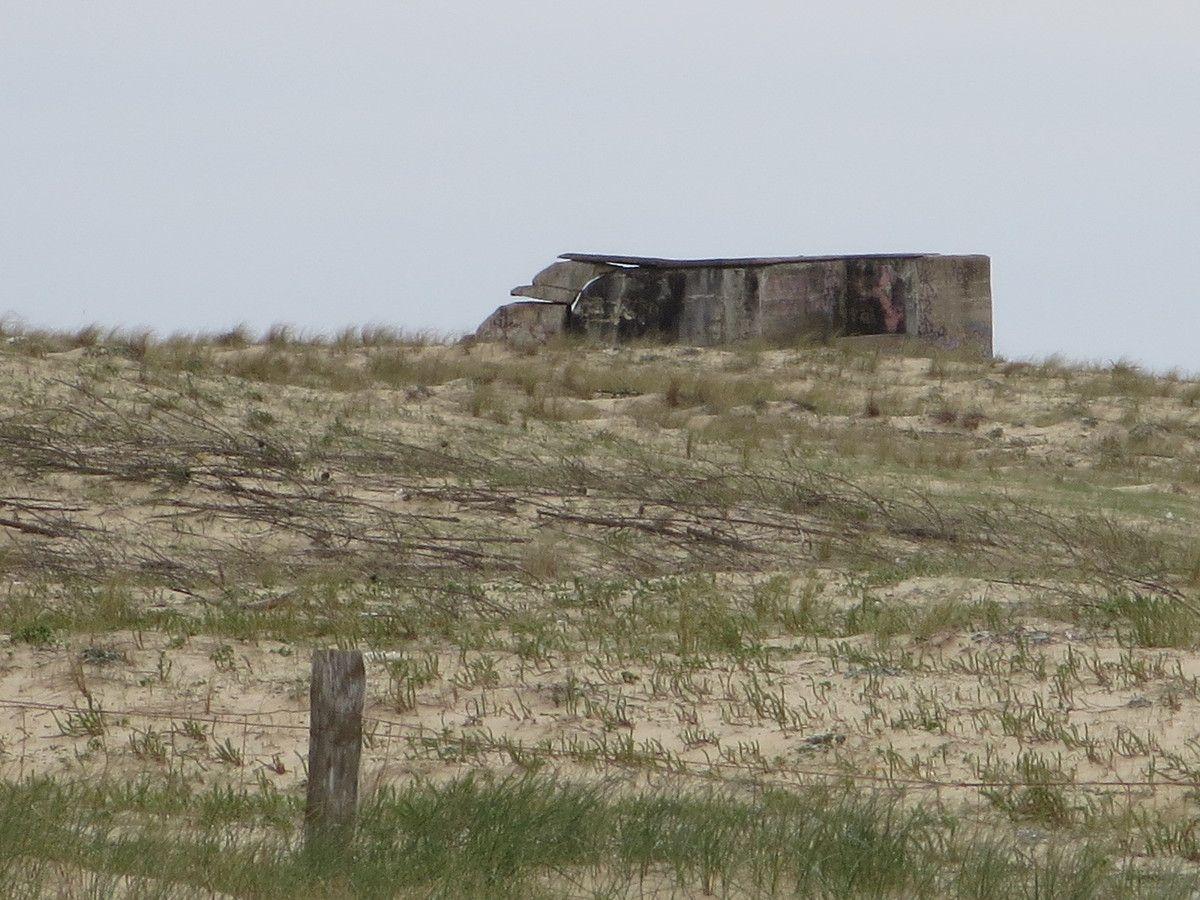 et un triste rappel à notre histoire...beaucoup ont été engloutis par la mer, comme pour laver tous les affronts&#x3B; elle a rongé les dunes petit à petit, pour faire disparaître ces monstrueux blockhaus