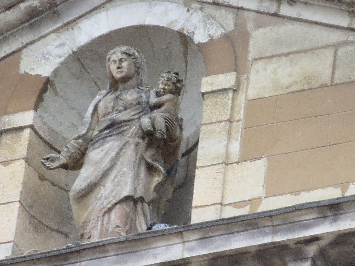Sur la place l'imposante église