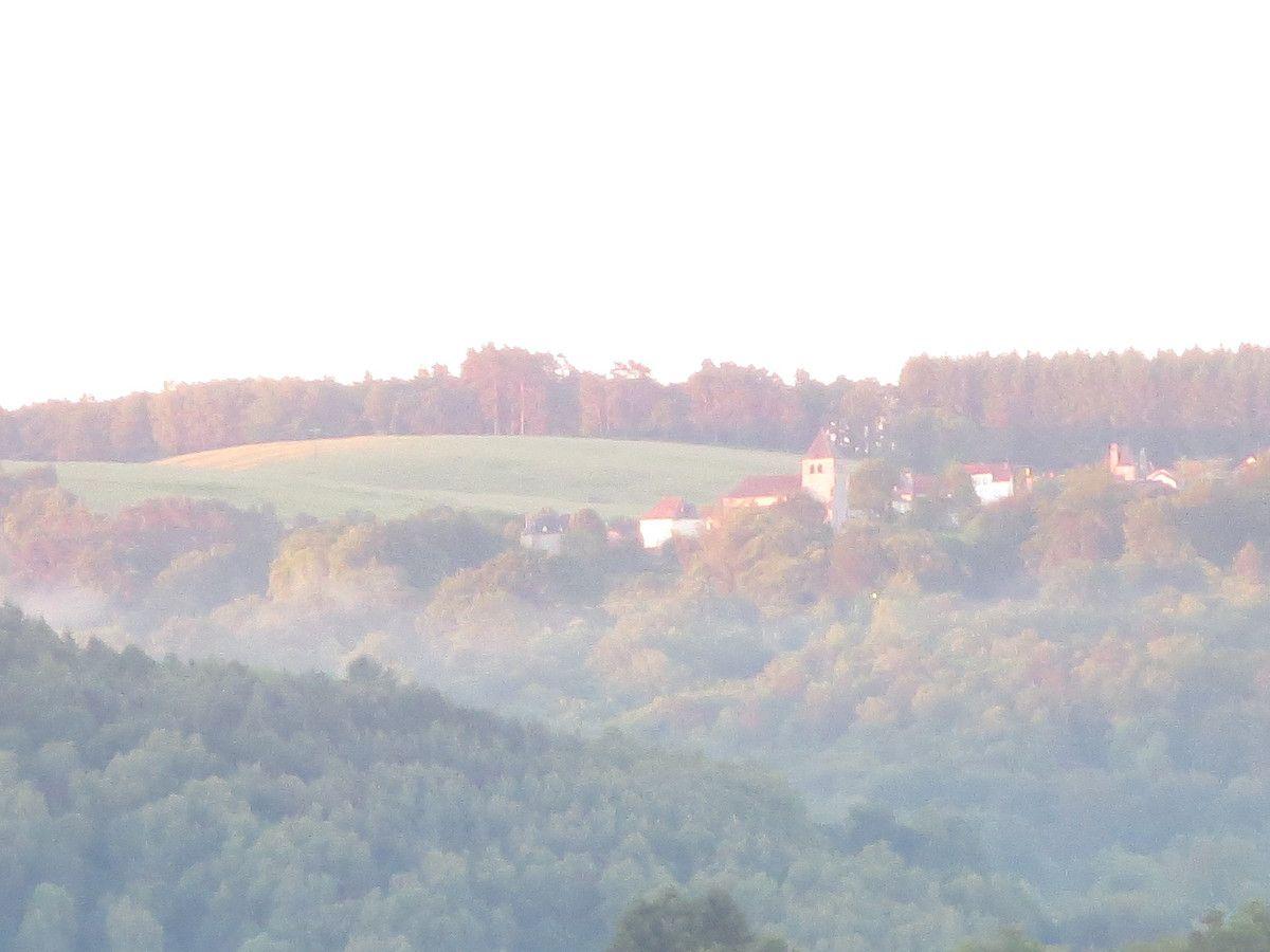 Le nez dans mon bol, j'assiste à l'embrassement progressif de la colline d'en face par un soleil qui promet d'être brûlant aujourd'hui
