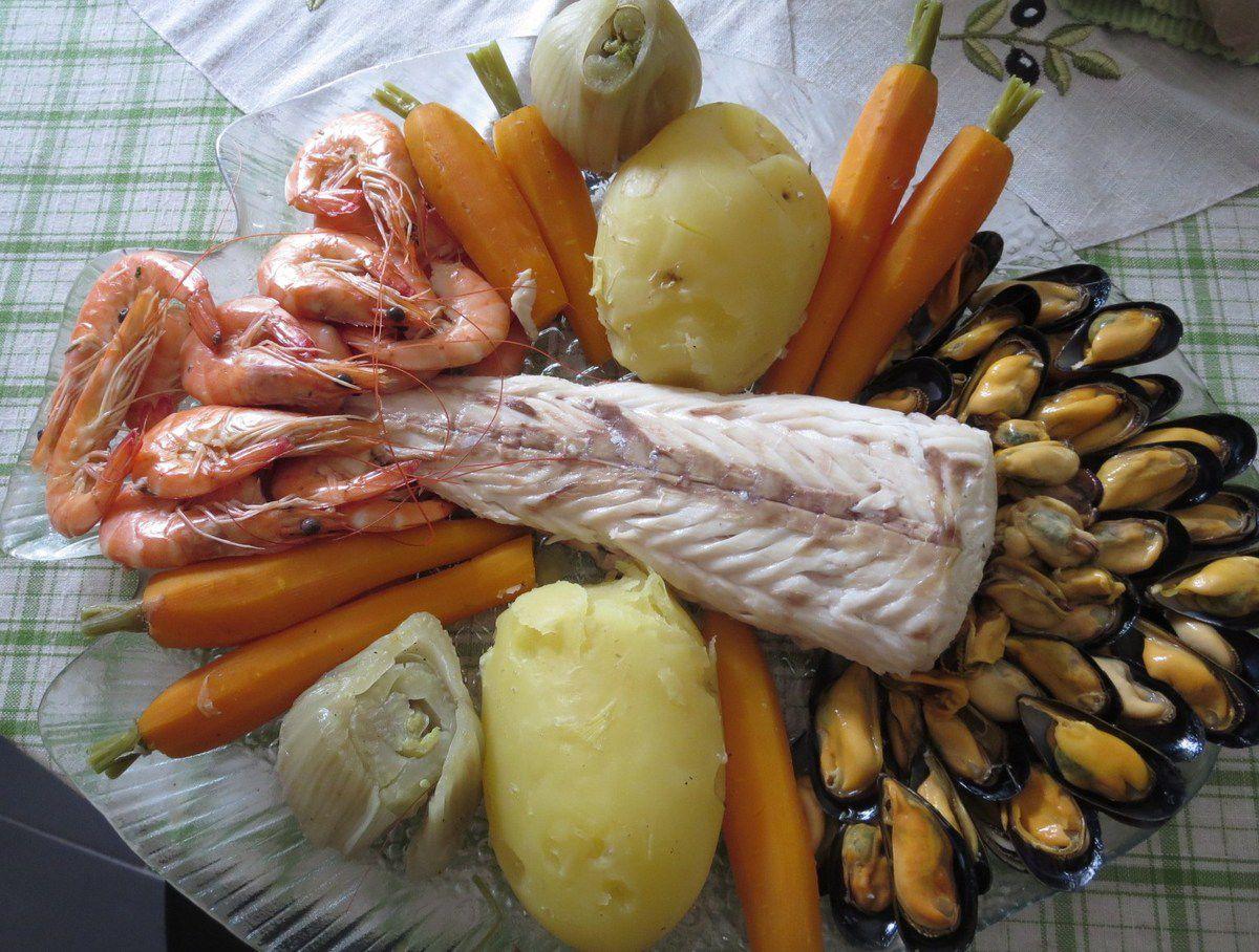 Un bon court bouillon, une queue de merlu, des moules, des crevettes ... carottes et P de Terre nouvelles, bulbes de fenouil et une mayonnaise maison, bien relevée d'une pointe d'ail