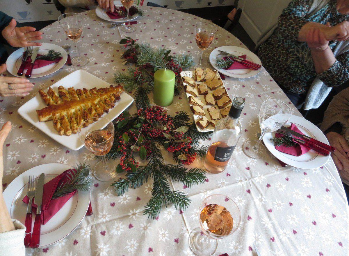 Un table toute simple ... des mains qui s'agitent autour ... une ambiance gourmande... des rires, et surtout le plaisir d'être ensemble