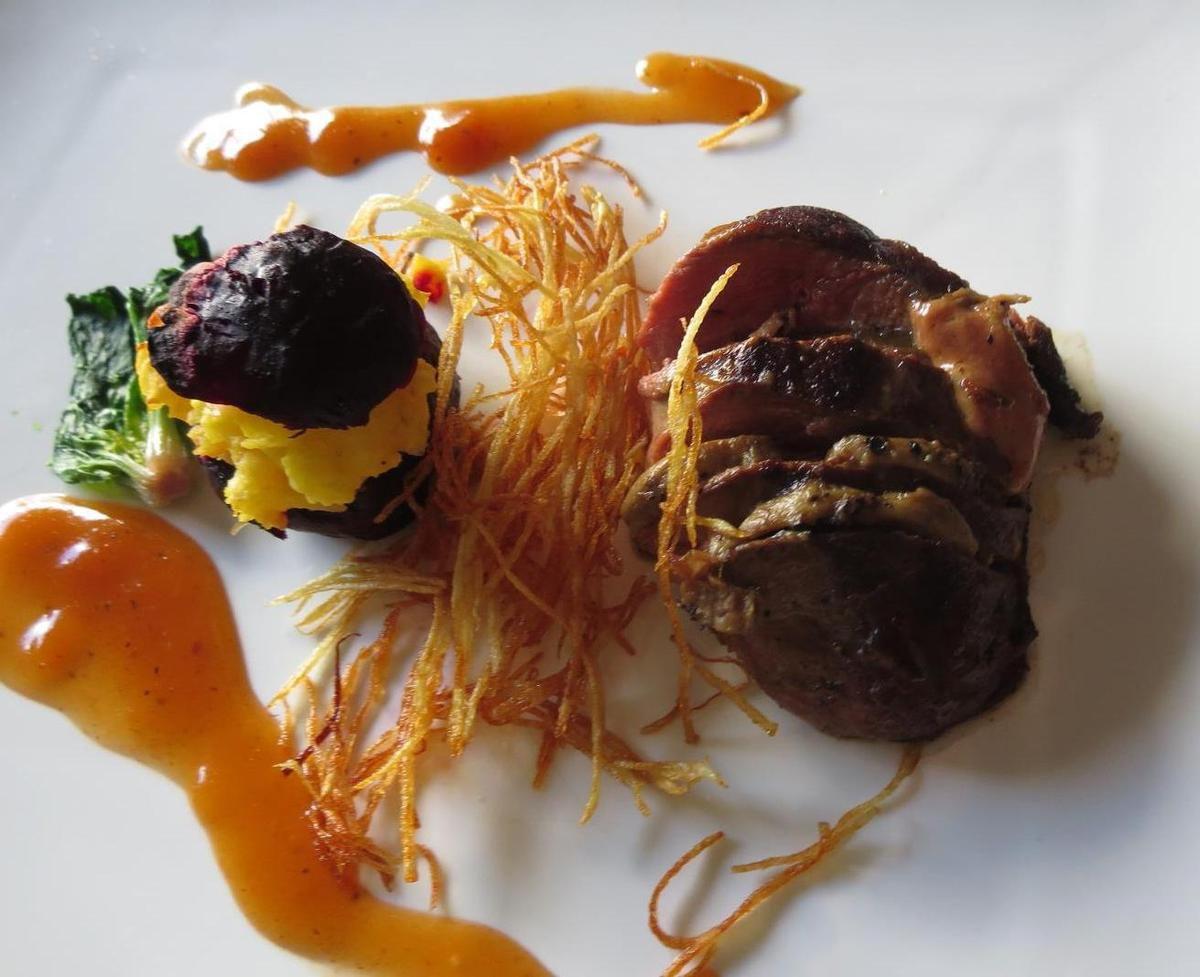 Assiettes présentées à l'inspiration... pour ce magret au foie gras,sauce Madère et sa petite betterave cuite en croûte de sel,