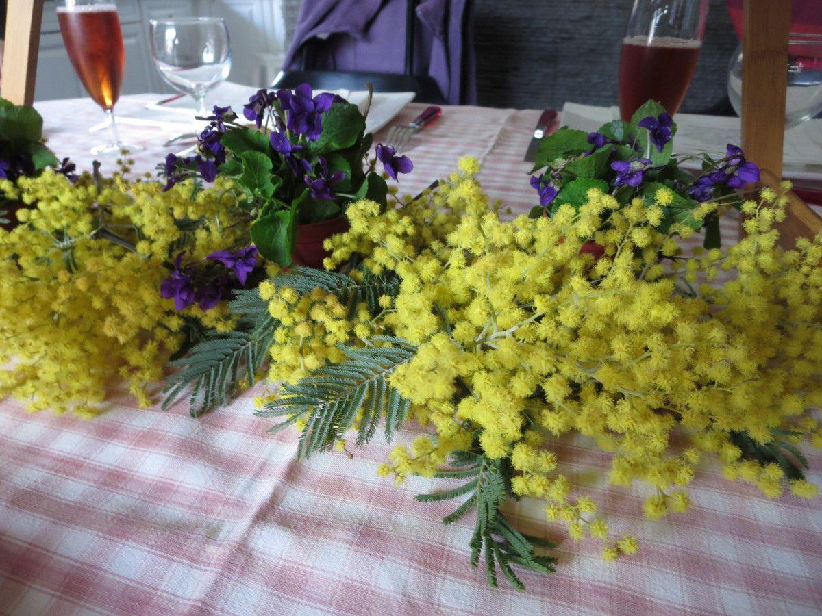 Pas encore le printemps, mais plus vraiment l'hiver....Violettes et mimosa...