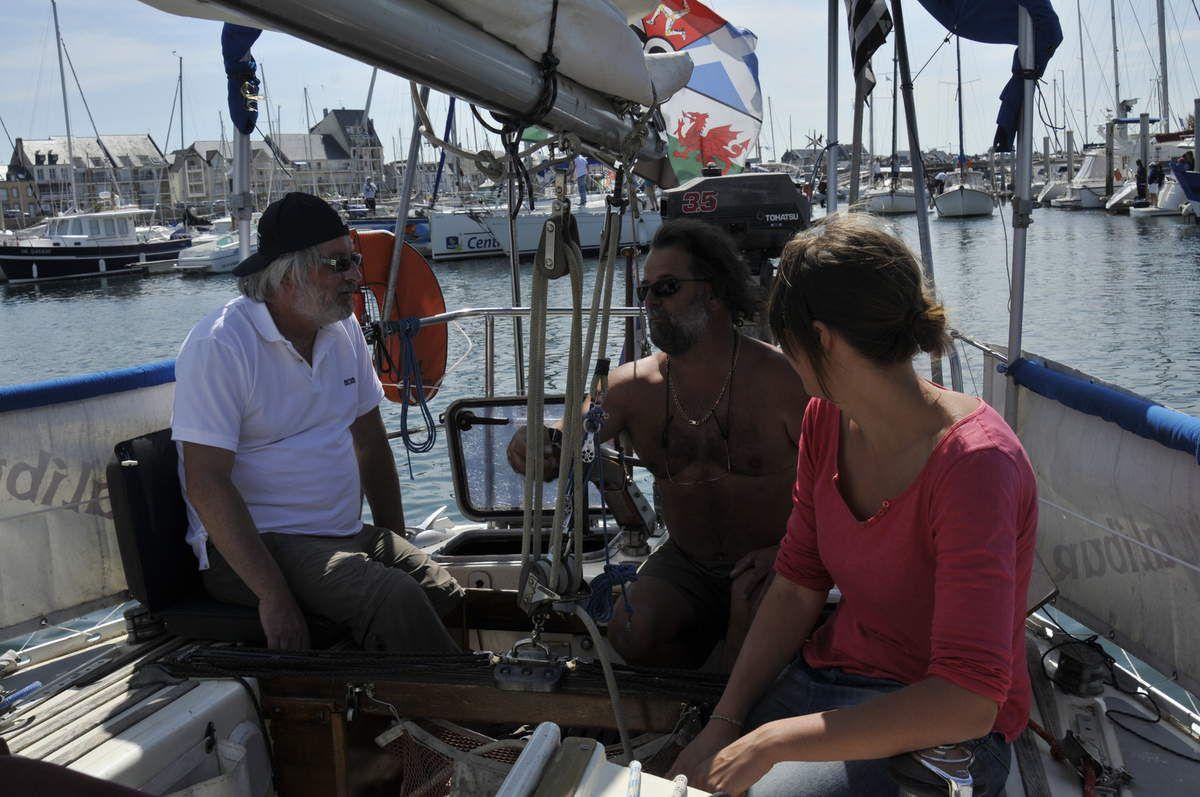 viens enfin l'heure de l'embarquement, et avec l'aide encore une fois des bénévoles pour les transbordements,,,,une fois que la boite à sardine s'est ouverte c'est le moment de la sortie au son du bagad local, une fois passée la bouée d'entrée , c'est le moment d'envoyer la voile , de couper le moteur et de profiter,,,,,GO! y a plein de bateau à ratrapper! ! !