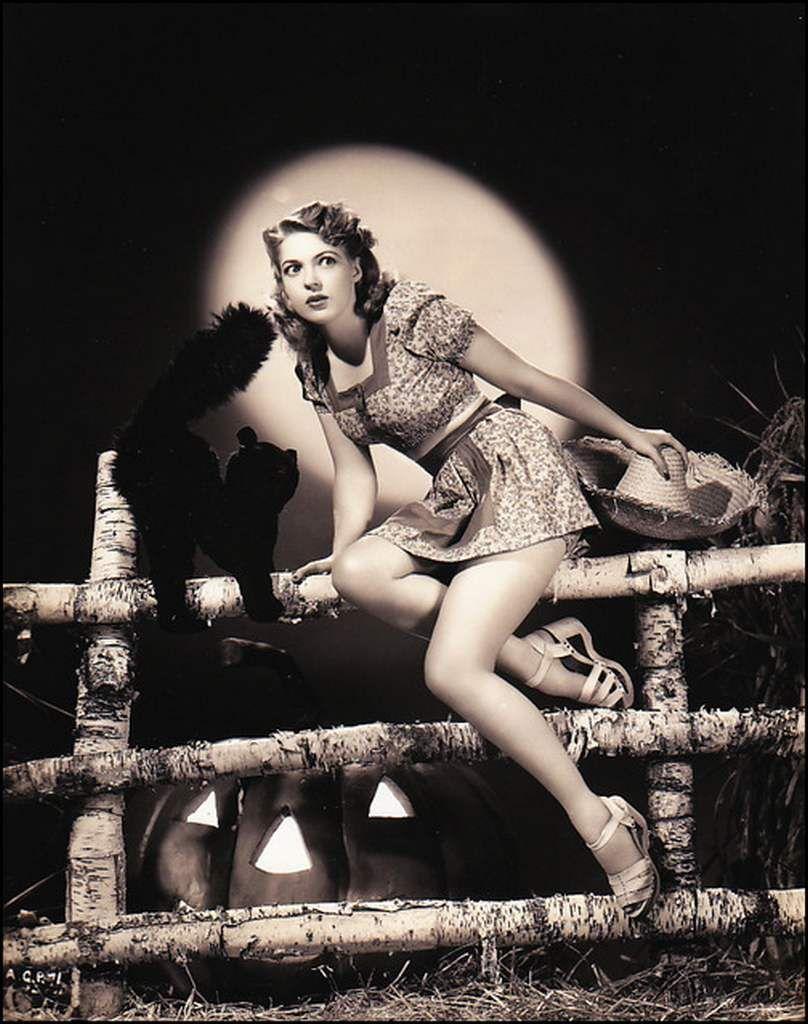 Vintage Halloween pin up - Anne Gwynne