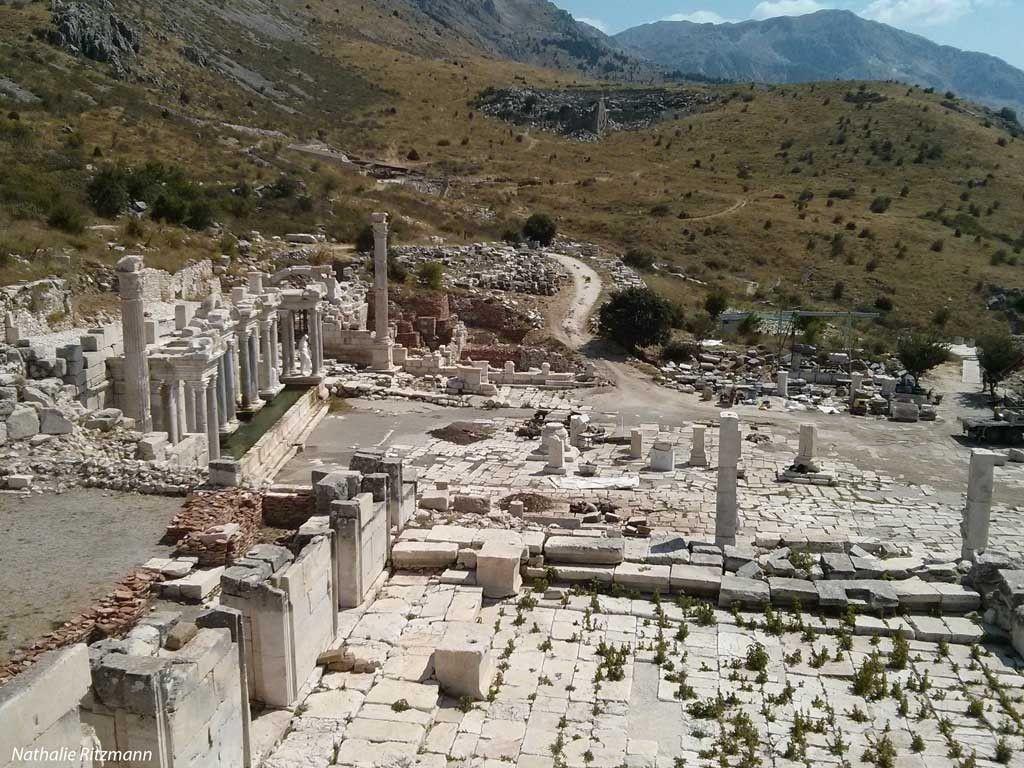 Vue d'ensemble sur l'agora supérieure, le nymphée antonin et le théâtre de Sagalassos