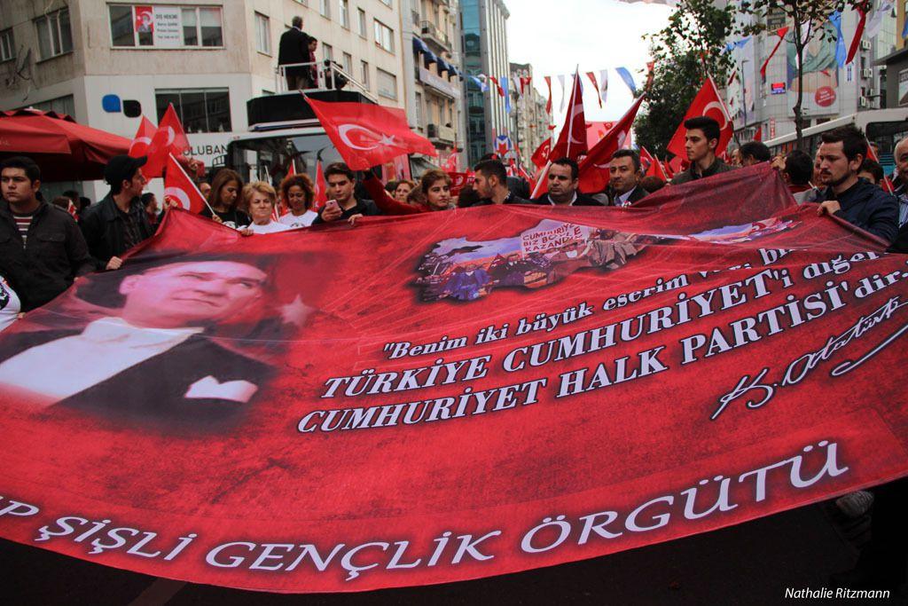 """Sur cette affiche déroulée aujourd'hui durant la marche pour le 91ème anniversaire de la République est écrit une citation d'Atatürk   """"Je laisse deux grands ouvrages, l'un est la """"République de la Turquie"""", l'autre """"Le Parti Républicain du Peuple"""""""