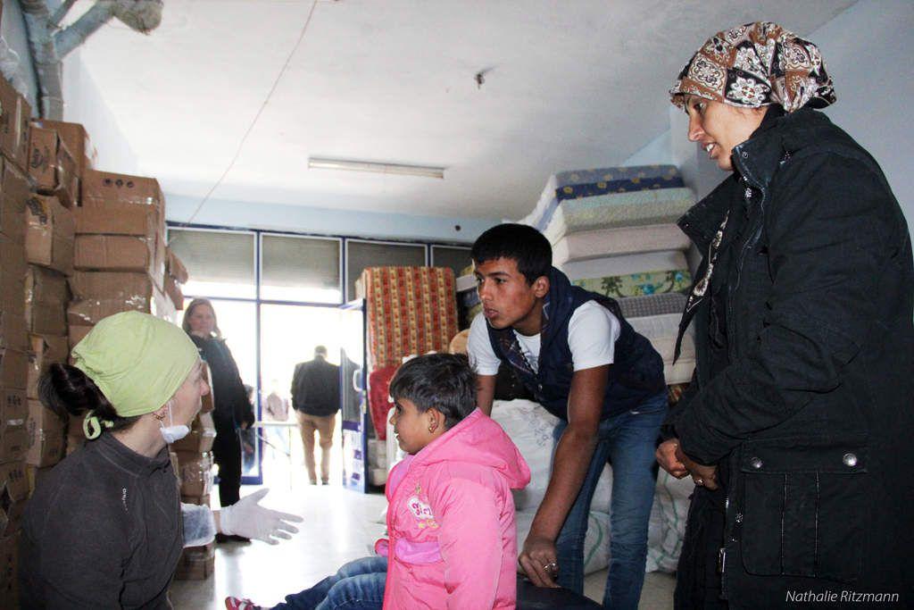Habeş, jeune réfugié syrien, sert de traducteur aux deux chiropracteurs volontaires à Adana