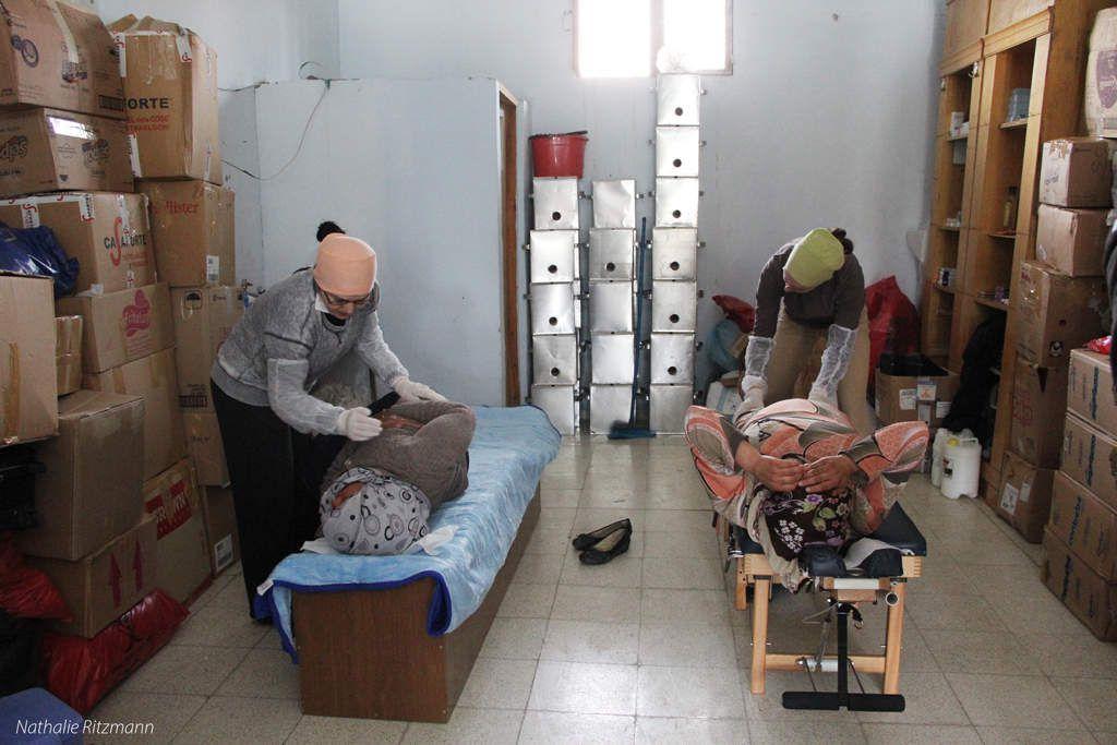 Fatima Karagöz à gauche et Aurélie Belsot à droite, chiropracteurs volontaires dans un camp de réfugiés non-gouvernemental à Adana