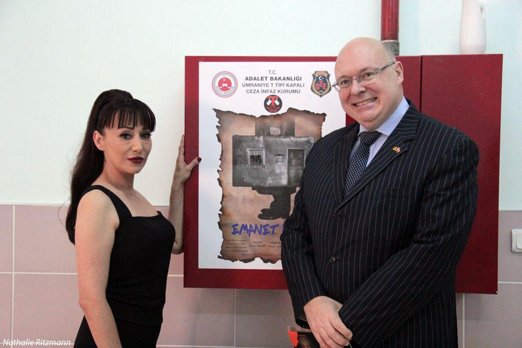 """Henri Vantieghem, Consul Général de Belgique à Istanbul avec Pınar Gordie, réalisatrice de """"La vie consignée"""" lors du premier gala"""
