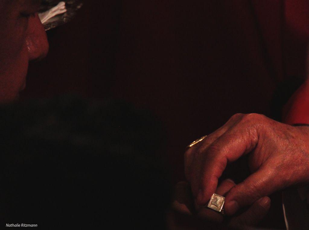 L'anneau, symbole de fidélité, est mis à l'annulaire de la main droite du nouveau vicaire apostolique d'Istanbul