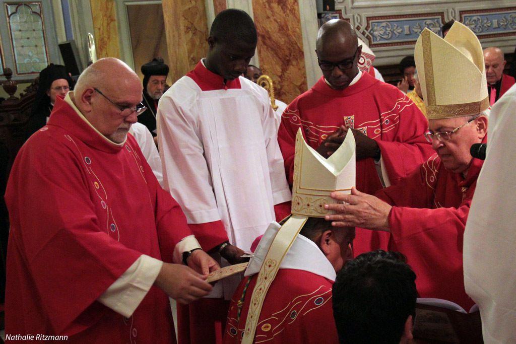 Le nouvel évêque d'Istanbul Mgr Rubén Tierrablanca Gonzales reçoit la mitre des mains du cardinal Sandri
