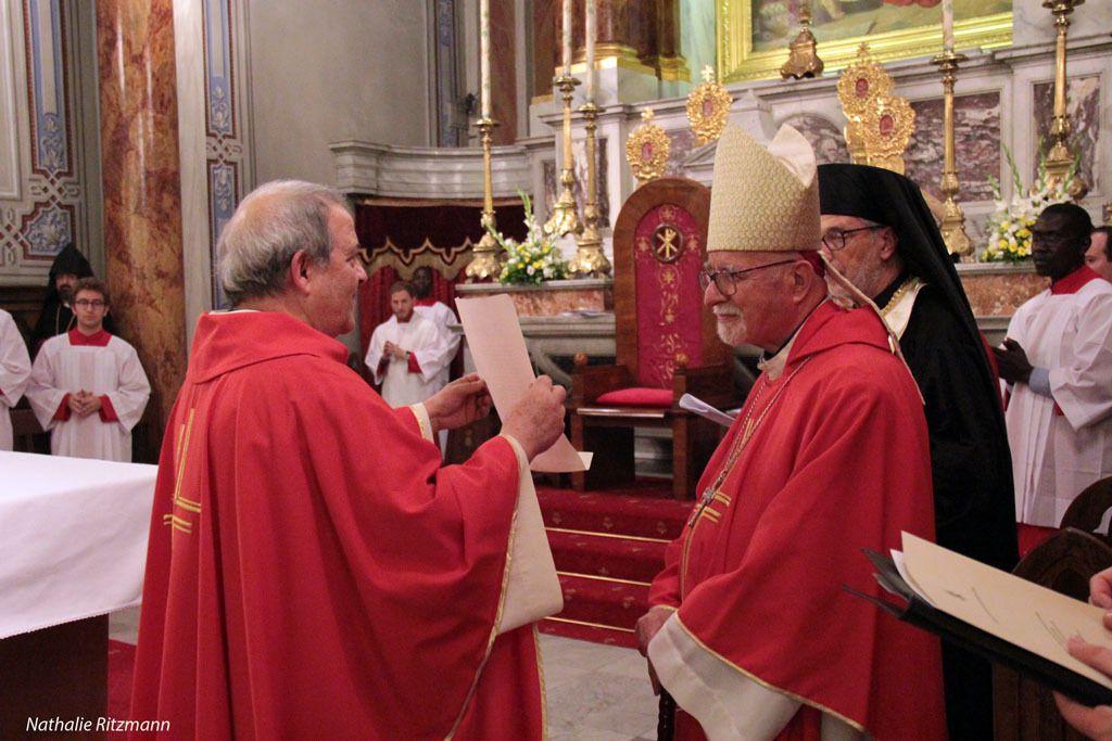 Présentation de la lettre papale par le père Nicola Masedu aux différents co-célébrants puis à l'auditoire