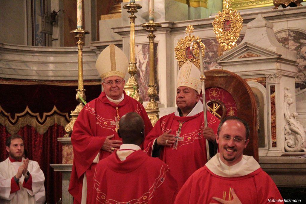 Mgr Rubén Tierrablanca Gonzales prend place sur la cathèdre