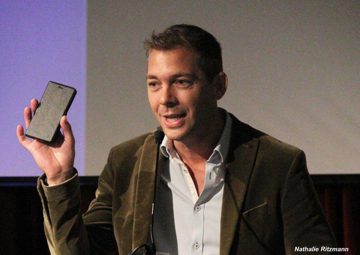 Romain Puértolas, un écrivain qui écrit sur son téléphone portable