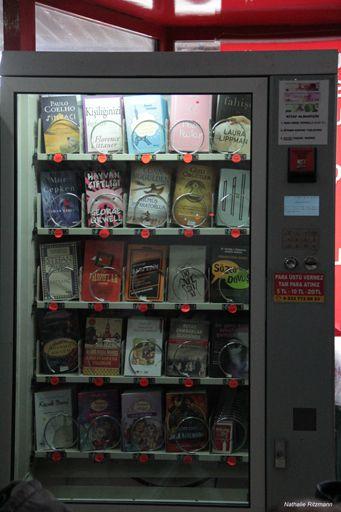 Le dernier livre en version turque de Romain Puértolas au milieu du premier rang dans ce distributeur de la gare routière d'Esenler, Istanbul