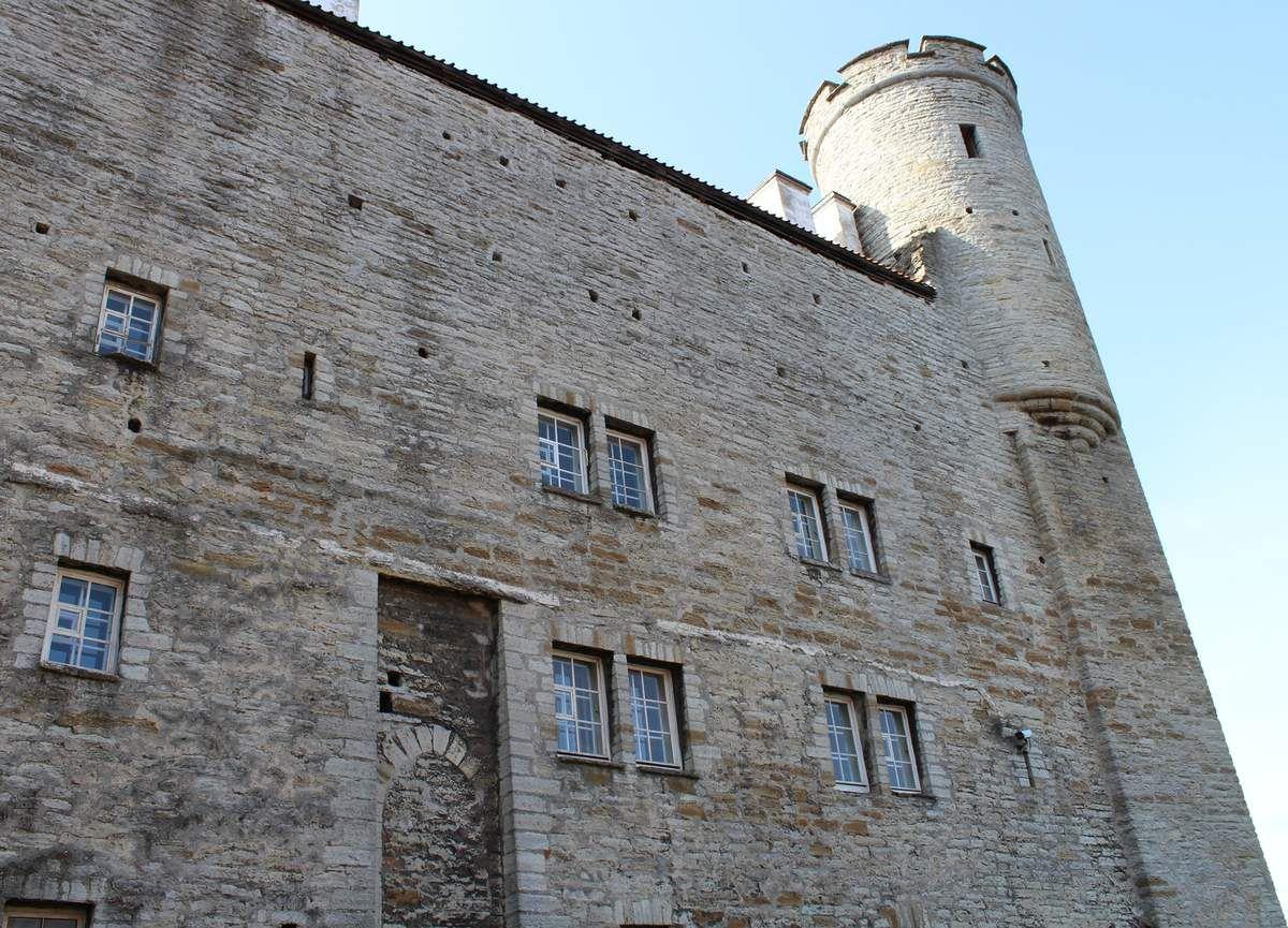 Castillo que domina la colina de Toompea.