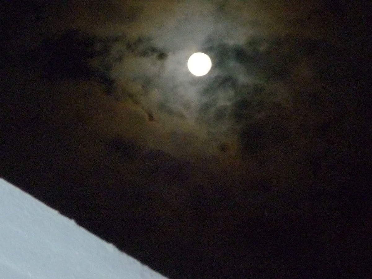 les nuages ont rendez-vous avec la lune ce 27 à minuit ...