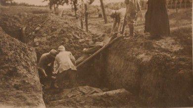 Mise en tombe d'un soldat français, cimetière militaire français de Foucaucourt (Somme), 1915-1916