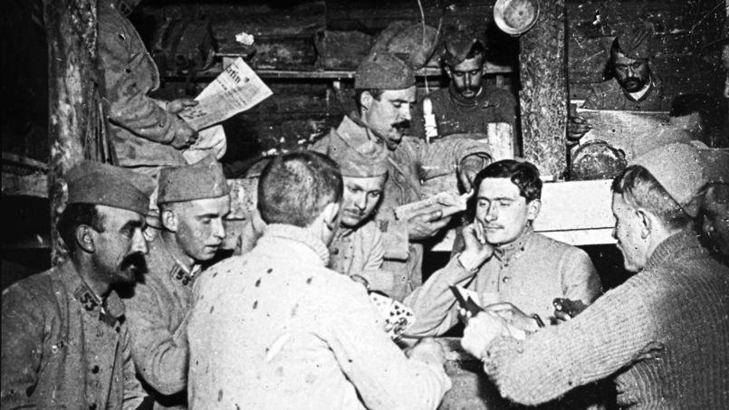 Soldats français jouant aux cartes dans un abri - Collection J. Le Toquin (Crédits : Rue des Archves/RDA)