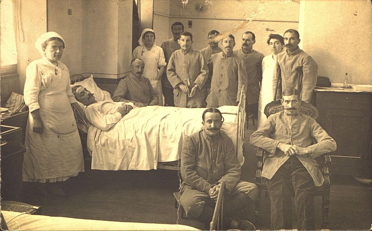 Carte postale. Collection Mme Lagarde - Soldat dans Hopital de Brive vers 1916